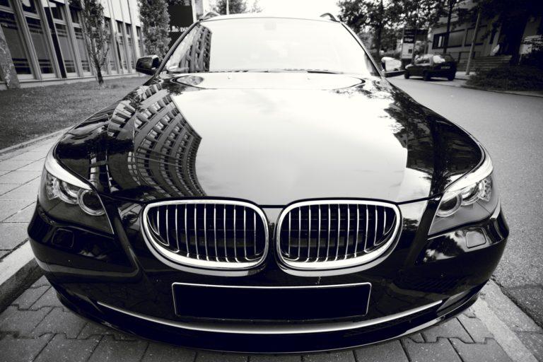 Firma Przeprowadzkowa Częstochowa - elegancki czarny samochód klasy premium, widok z przodu.